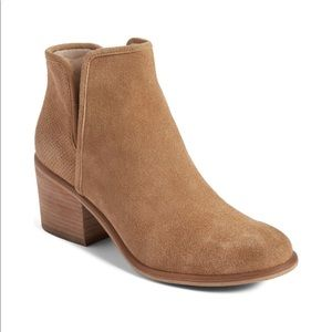 Hinge bootie with side cutout